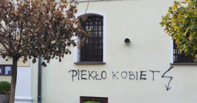 Hrubieszów: Zdewastowana elewacja kościoła św. Mikołaja – ZDJĘCIA