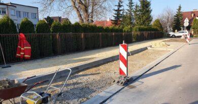 Hrubieszów: Trwa remont chodnika na ulicy Hubala – ZDJĘCIA