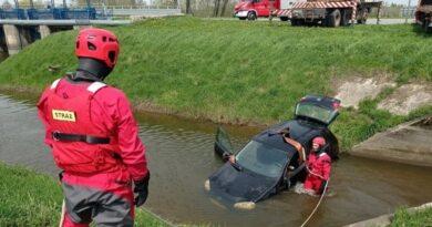 Hrubieszów: Samochód osobowy wpadł do Ulgi – ZDJĘCIA