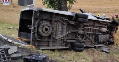 Policja poszukuje świadków wypadku, w którym uczestniczył bus z Hrubieszowa. Zmarły 4 osoby (ZDJĘCIA)