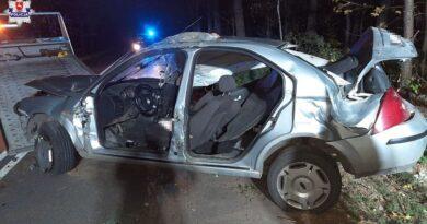 Groźny wypadek. 18-latek uderzył w drzewo i dachował. Troje nastolatków przetransportowano do szpitala